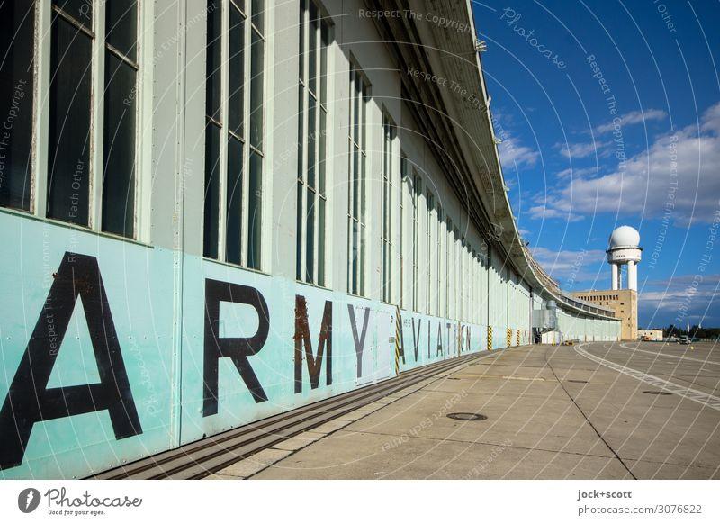 Hangar mit Radar Himmel Wolken Sommer Berlin-Tempelhof Flughafen Turm Radarstation Sehenswürdigkeit Flugplatz Englisch authentisch Bekanntheit lang retro