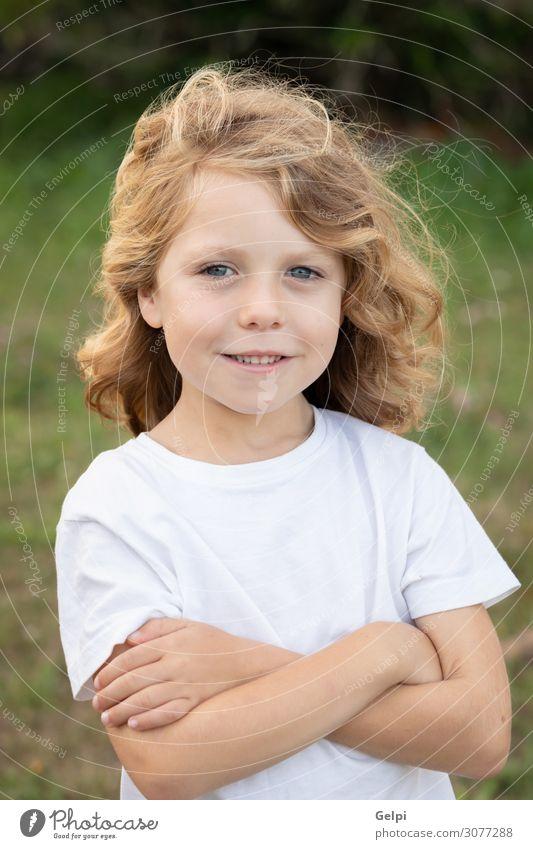 Lustiges blondes Kind mit langen Haaren. Lifestyle Freude Glück schön Spielen Sommer Mensch Baby Junge Kindheit Natur Gras Park Wiese Spielplatz T-Shirt