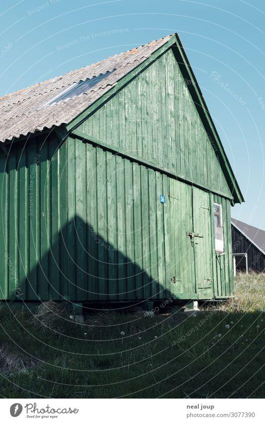 Danish geometry – I Dänemark Fischerdorf Menschenleer Hütte Mauer Wand Fassade Holz alt einzigartig maritim natürlich blau grün Gelassenheit ruhig Einsamkeit