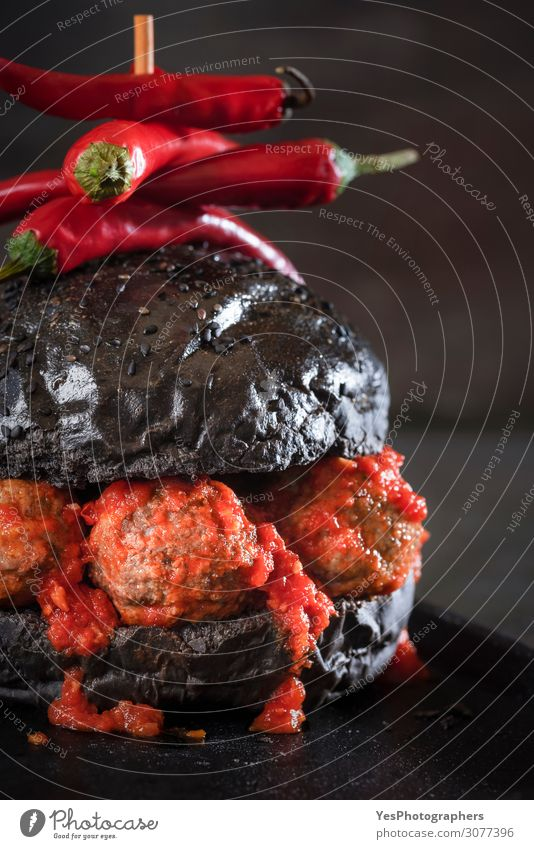 Schwarzbrot Hamburger mit Fleischbällchen und Tomatensauce Büffet Brunch Diät Fastfood dunkel schwarz Amuse-Gueule schwarzer Burger Speise tropfende Sauce