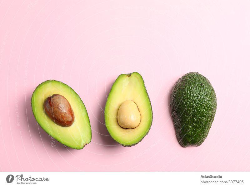 Rippengeschnittene Avocados mit Platz für Text auf farbigem Hintergrund, Draufsicht Hälfte schließen Farbe exotisch Scheibe Raum Pflanze Vegetarier