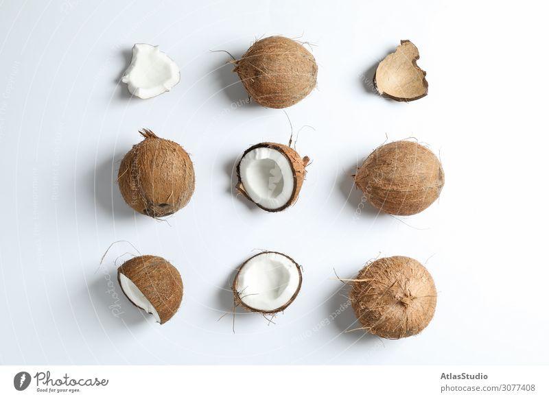 Flachliegende Komposition mit Kokosnüssen auf weißem Hintergrund Hälfte Zusammensetzung Farbe Ton geschnitten Blatt zwei essen modern Handfläche Vegetarier