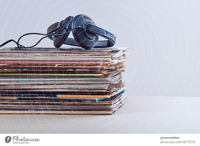 Stapel vieler schwarzer Vinylplatten Lifestyle Stil Entertainment Musik Technik & Technologie Kultur Jugendkultur Subkultur Musik hören Medien Sammlung