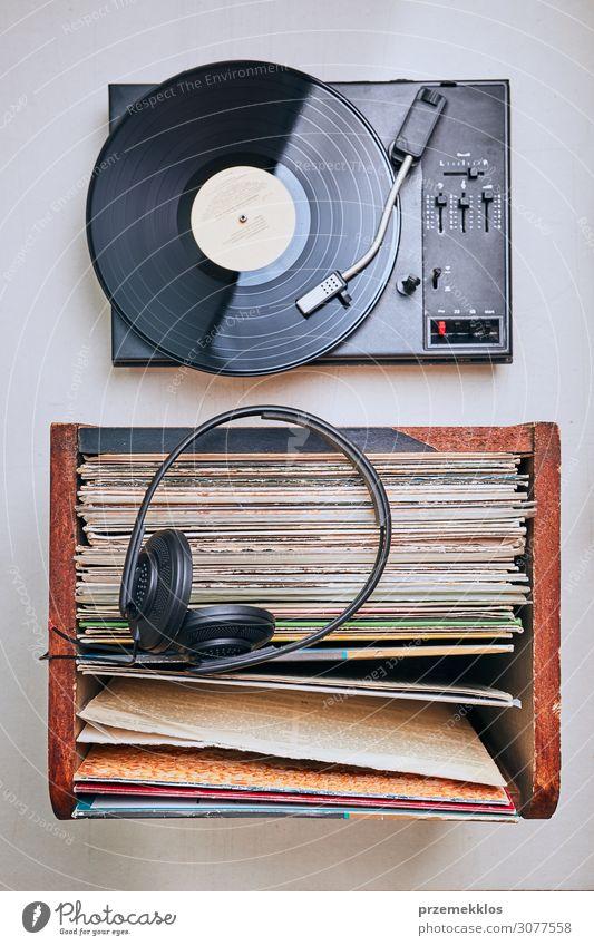 schwarz Lifestyle Stil Textfreiraum retro Musik Technik & Technologie authentisch Jugendkultur hören Sammlung heimwärts digital analog Kopfhörer Anhäufung
