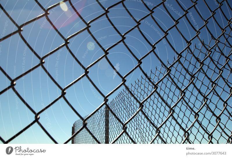 gesiebte Luft Himmel Lichtfleck Maschendraht Maschendrahtzaun Draht Metall Linie Netzwerk Sicherheit Schutz Wachsamkeit Angst gefährlich Stress Misstrauen