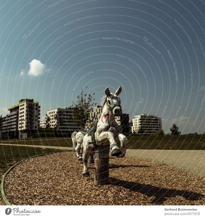 Misplaced Childhood Reiten Wien Stadt Menschenleer Spielplatz Pferd schaukeln Spielen trashig trist Gefühle Traurigkeit Einsamkeit Zukunftsangst Kindheit