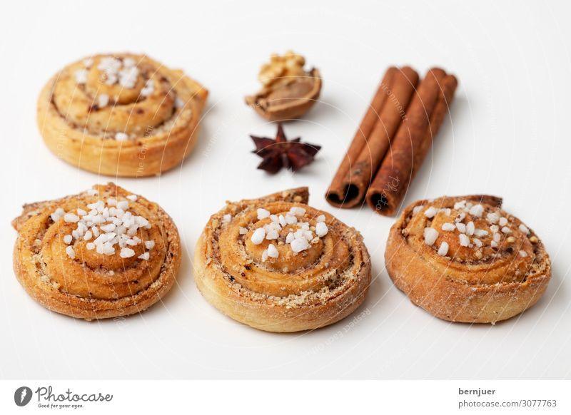 Kanelbullar Teigwaren Backwaren Brötchen Dessert Frühstück Tasse Tisch Holz lecker braun weiß Zimtschnecke kanelbullar Röllchen schwedisch Kaffeeteilchen süß