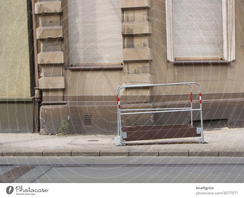Feierabend Haus Mauer Wand Fassade Fenster Rollladen alt dreckig trist Stadt grau rot silber Vergänglichkeit Häusliches Leben Bürgersteig Baustelle Grabenbrücke