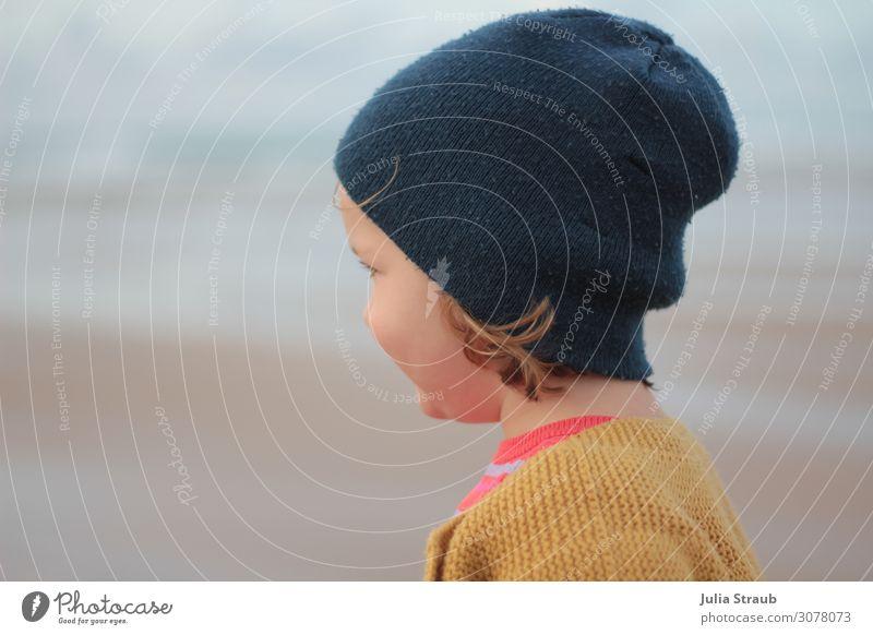 Mädchen Mütze Strand feminin Kleinkind 1 Mensch 3-8 Jahre Kind Kindheit Sommer Wind Strickjacke senf farben brünett kurzhaarig Blick ruhig blau anonym Farbfoto