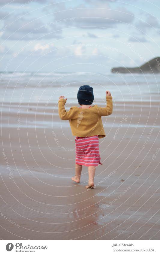Strand laufen juhu Mädchen feminin Kleinkind 1 Mensch 3-8 Jahre Kind Kindheit Natur Sand Wasser Wolken Sommer Wind Wellen Küste Kleid Jacke Mütze Bewegung