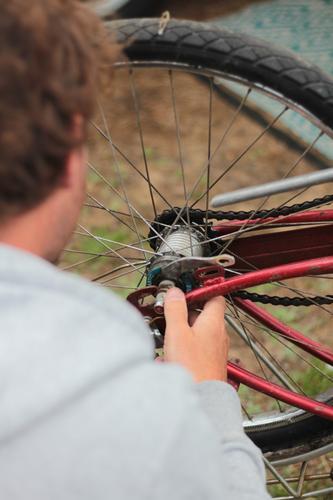 Fahrrad schrauben Mann Reifen maskulin Erwachsene 1 Mensch 30-45 Jahre drehen machen retro rot Fahrradrahmen Fahrradkettenführung Speichen Reparatur Farbfoto