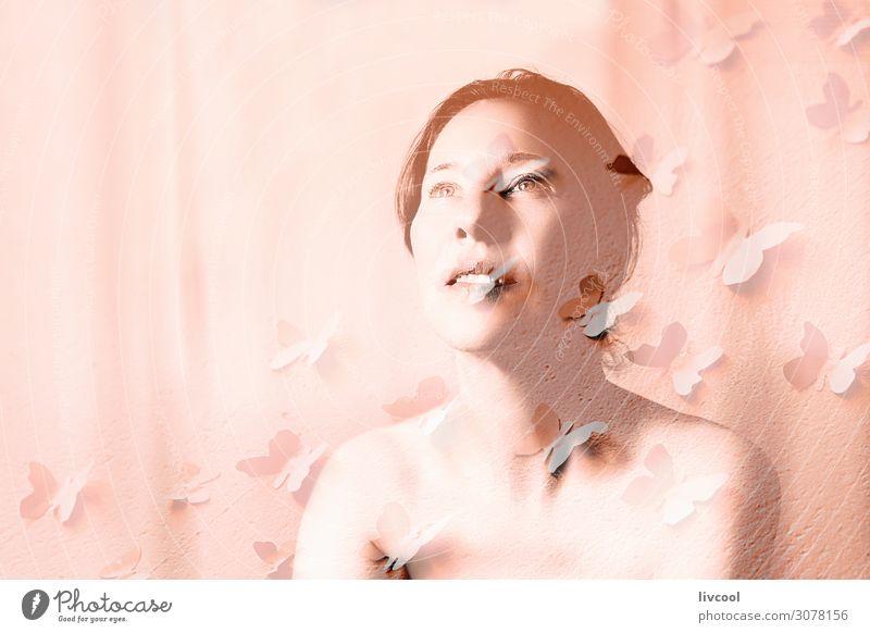 reife Frau mit Schmetterlingen Lifestyle schön Gesicht Erholung Erwachsene Denken Gelassenheit Sinnlichkeit lieblich Senior Licht Posen weiblich echte Menschen
