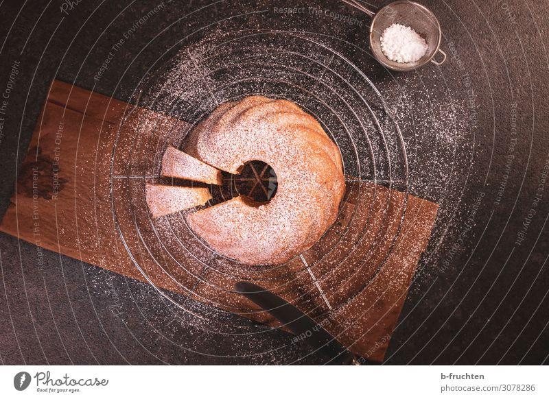Ein Stück vom Kuchen Lebensmittel Ernährung Kaffeetrinken Büffet Brunch Messer Küche Essen genießen frisch Gugelhupf Backwaren kuchengitter backpapier