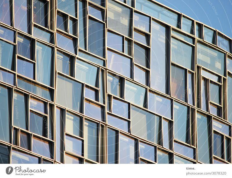 Sitzt, passt, wackelt und hat Luft Himmel Stadt Haus Fenster Architektur Leben Gebäude außergewöhnlich Fassade Häusliches Leben Design Linie Metall modern
