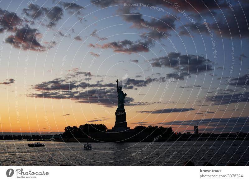 Freiheitsstatue im letzten Abendlicht Skulptur New York City Stars and Stripes Hafenstadt Wahrzeichen selbstbewußt Kraft Mut Neugier Hoffnung Sehnsucht