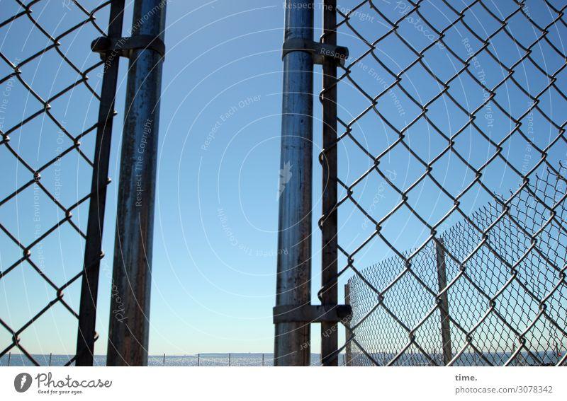 einfach durchmachen Himmel Horizont Schönes Wetter Zaun Zaunpfahl Maschendrahtzaun Linie Netzwerk Schutz Leben Ordnungsliebe Sehnsucht Fernweh Endzeitstimmung