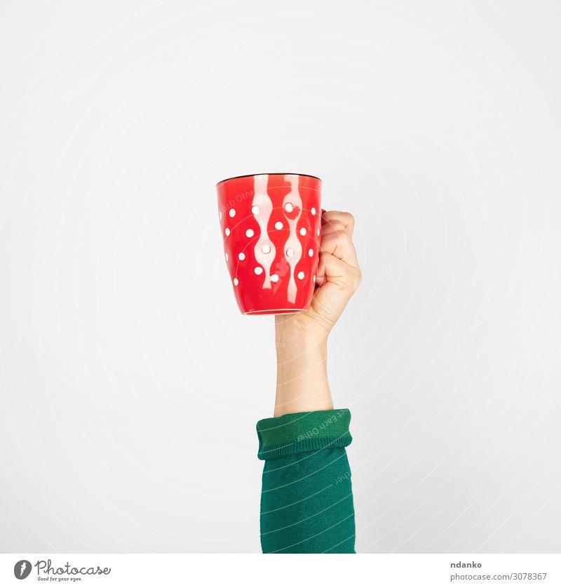 roter Keramikbecher in weiblicher Hand auf weißem Hintergrund Frühstück Getränk Kaffee Espresso Tee Design Küche Mensch Frau Erwachsene Arme Finger grün
