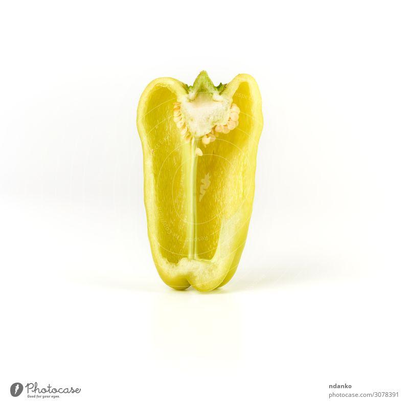 halbgrüner Pfeffer auf weißem Hintergrund Gemüse Frucht Ernährung Vegetarische Ernährung Diät Haut Natur Pflanze Essen glänzend frisch saftig gelb organisch