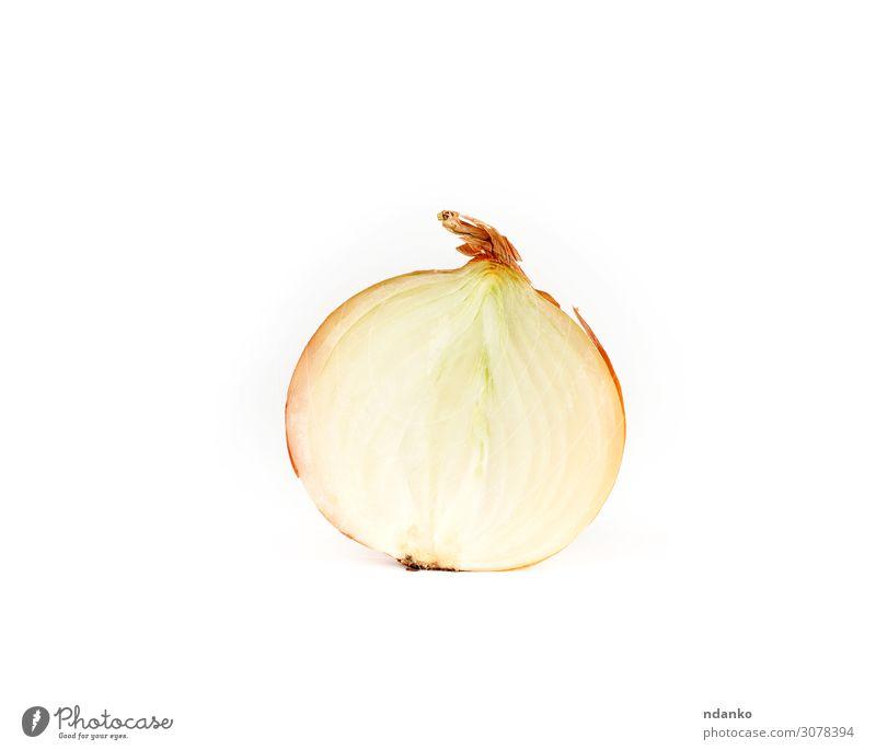 halbe Zwiebel in brauner Schale auf weißem Hintergrund Gemüse Kräuter & Gewürze Pflanze Essen frisch saftig reif Lebensmittel aufgeschnitten Zutaten Hälfte