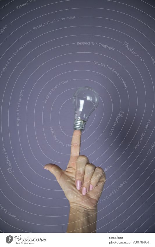 erleuchtung (ohne licht) Idee Hand Wand Finger Zeigefinger Glühbirne Erleuchtung Einfall symbolisch Licht neutraler Hintergrund Textfreiraum