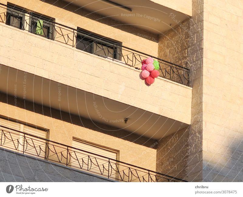 Hausparty Party Feste & Feiern Geburtstag Hochhaus Fassade Balkon Fröhlichkeit Freude Lebensfreude Kindergeburtstag Luftballon Farbfoto Gedeckte Farben