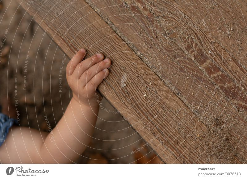 greifen Kinderhand Hand Finger festhalten begreifen Mobilität entdecken Nahaufnahme kindlich krabbeln laufen gehen Boden dreckig Sauberkeit Baby