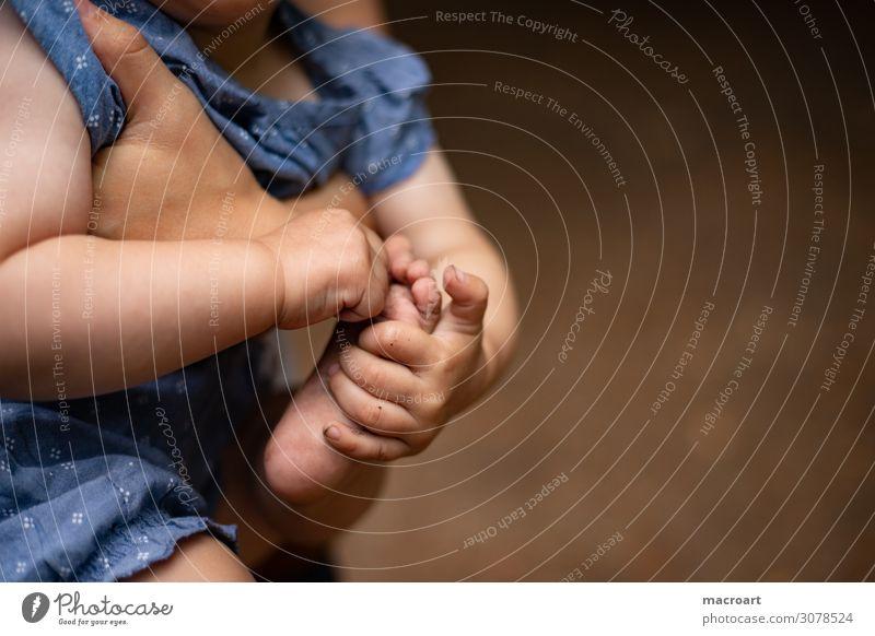 Füsse Kinderfuß Fuß Mobilität entdecken Nahaufnahme kindlich krabbeln laufen gehen Boden dreckig Sauberkeit Finger Hand Baby