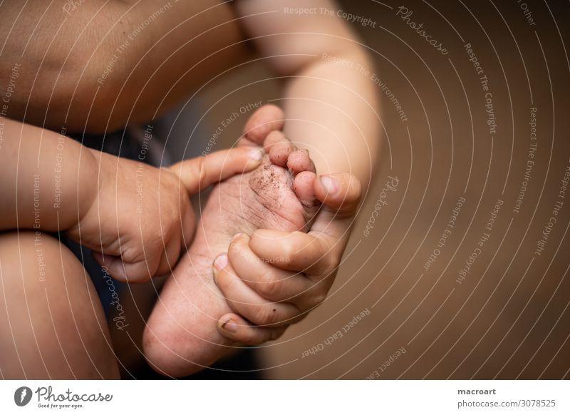 Kinderfüße Kinderfuß Fuß Mobilität entdecken Nahaufnahme kindlich krabbeln laufen gehen Boden dreckig Sauberkeit Finger Hand Baby