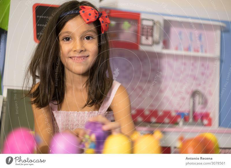 kleines Mädchen spielt in ihrer Spielzeugküche Lifestyle Spielen Kind Mensch Lächeln sitzen Fröhlichkeit niedlich itchen Muppets symbolisch 6s sechsjährig
