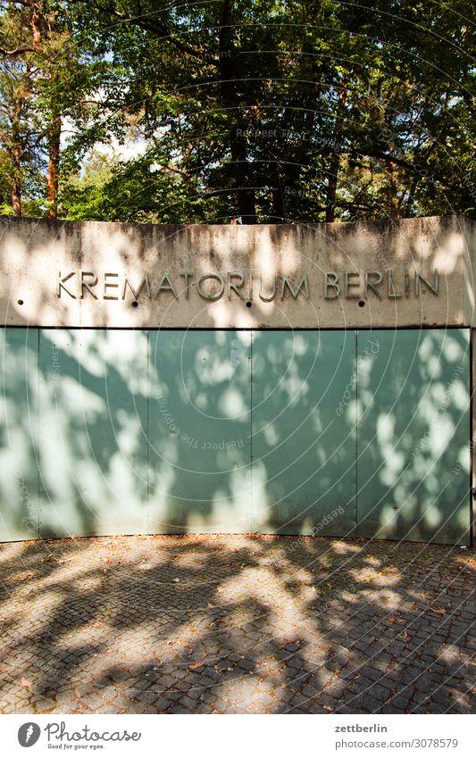 Krematorium Berlin Hauptstadt Menschenleer Stadt Textfreiraum Stadtleben Mauer Schriftzeichen Aufschrift Information Beerdigung Tod Wand