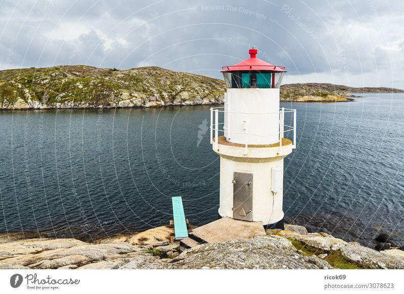 Leuchtturm in Mollösund in Schweden Erholung Ferien & Urlaub & Reisen Tourismus Sommer Meer Insel Natur Landschaft Wasser Wolken Felsen Küste Nordsee Dorf