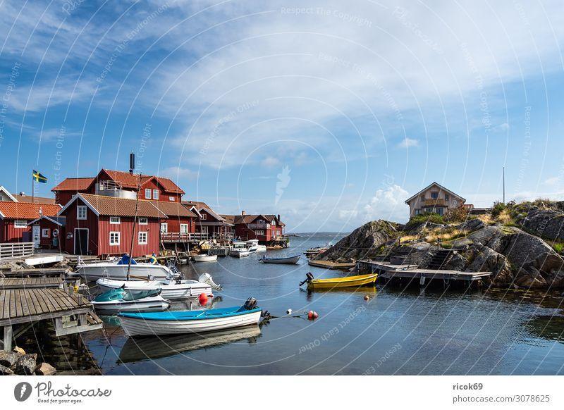 Blick auf die Insel Käringön in Schweden Erholung Ferien & Urlaub & Reisen Tourismus Sommer Meer Haus Natur Landschaft Wasser Wolken Felsen Küste Nordsee Dorf