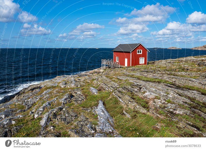 Blick auf die Insel Åstol in Schweden Erholung Ferien & Urlaub & Reisen Tourismus Sommer Meer Haus Natur Landschaft Wasser Wolken Felsen Küste Nordsee Dorf
