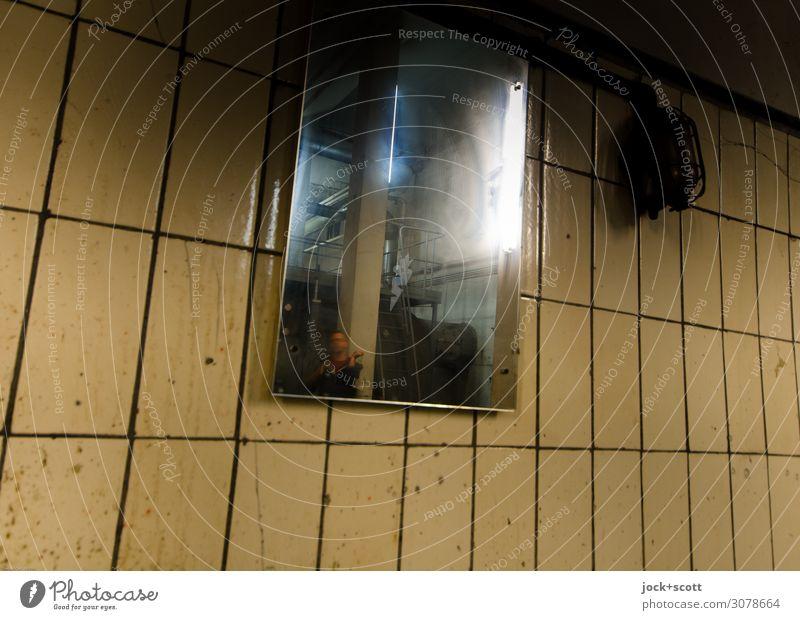 Spiegelung an einer gekachelten Wand Mann 1 Keller Spiegelbild Fliesen u. Kacheln Fuge hässlich trashig trist Stimmung skurril Irritation verschoben Verzerrung