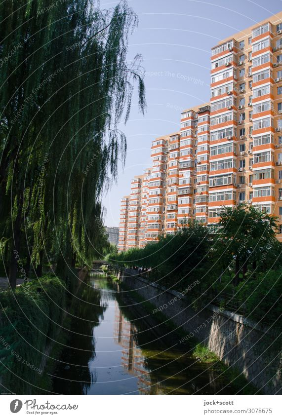 schöner wohnen am Kanal in Peking Wolkenloser Himmel Schönes Wetter Architektur Plattenbau Gebäude Fassade authentisch hoch lang natürlich ruhig Erholung Idylle