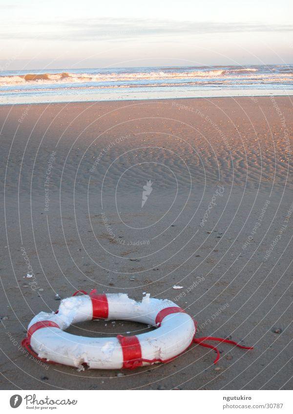 Strandgut Meer Müll Schwimmhilfe Rettungsring