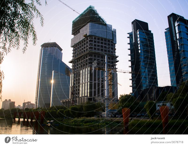 Anbruch der Nacht Ferne Städtereise Wolkenloser Himmel Kanal Peking Hauptstadt Stadtzentrum Hochhaus Bürogebäude Baustelle Fassade leuchten außergewöhnlich