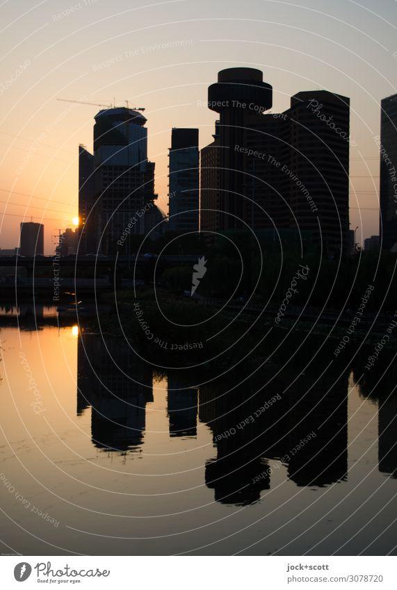 kurz vor der Nacht Städtereise Umwelt Wasser Wolkenloser Himmel Schönes Wetter Kanal Peking Hochhaus leuchten groß lang Stadt Wärme Stimmung Einigkeit
