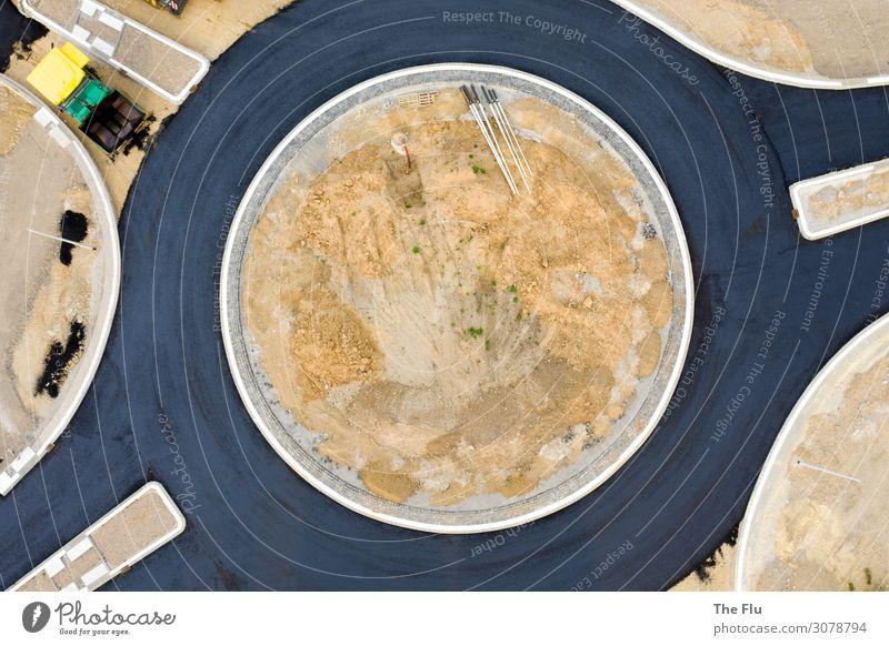 In besten Kreisen Baustelle Menschenleer Verkehr Verkehrswege Straßenverkehr Autofahren Busfahren Straßenkreuzung Sand Beton bauen gelb schwarz weiß Umwelt