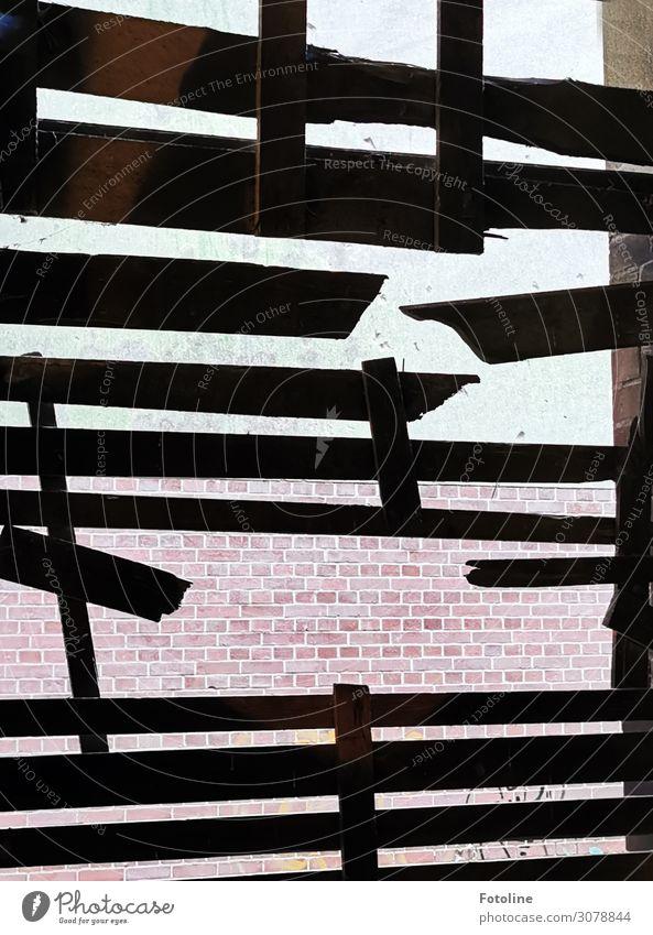 kaputt Haus Hütte Bauwerk Gebäude Architektur Mauer Wand Fenster alt dunkel schwarz verfallen lost places Schneidebrett Farbfoto Gedeckte Farben Außenaufnahme