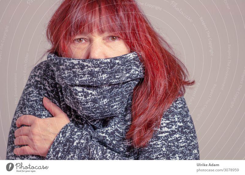 Vermummt - Mundschutz im Winter Schal Augen rote Haare langhaarig Pullover corona Mund-Nasen-Bedeckung Mund-Nasen-Maske frieren kalt warme kleidung braune Augen