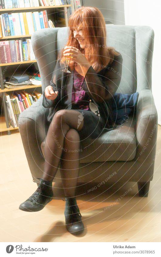 Spaß haben ..... Wein Glas Freude Wohlgefühl Feste & Feiern Mensch feminin Frau Erwachsene 1 45-60 Jahre Mode Rock Strumpfhose Nylon Turnschuh rothaarig
