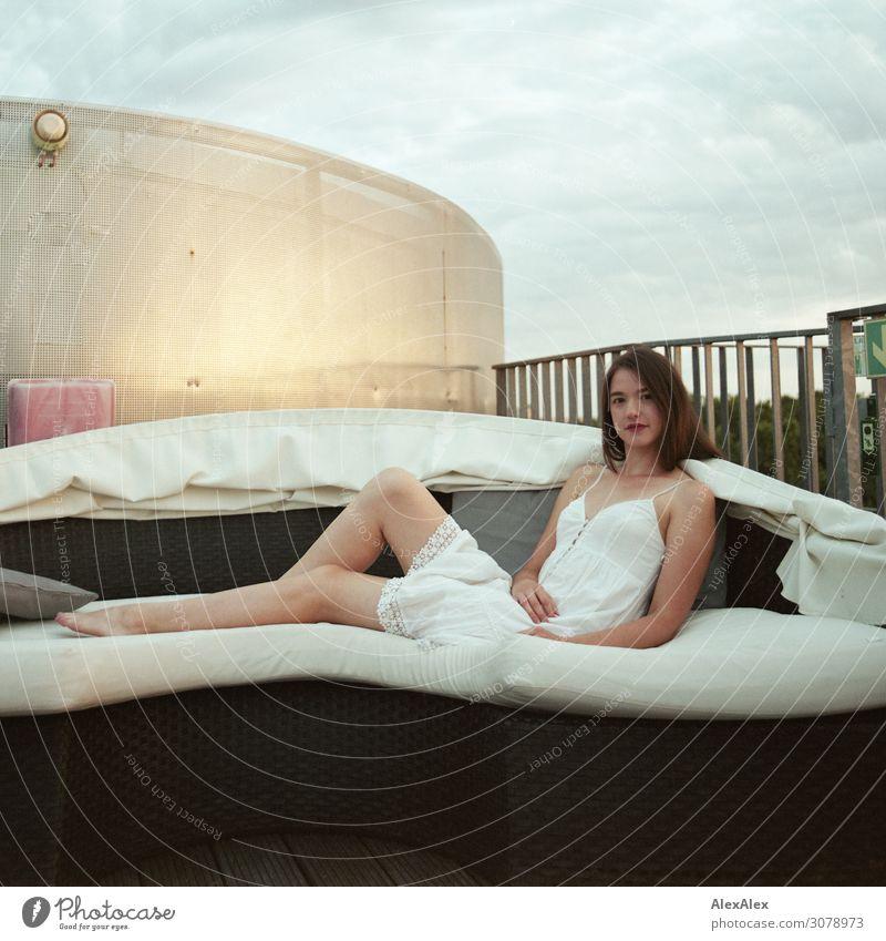 Portrait einer jungen Frau auf einem Sofa einer Dachterrasse Stil schön Wellness harmonisch Junge Frau Jugendliche Beine Barfuß 18-30 Jahre Erwachsene
