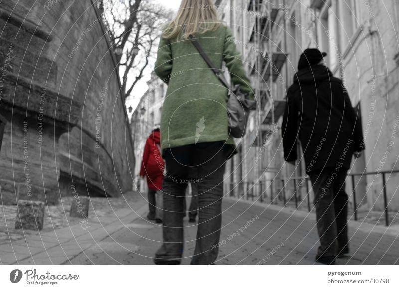 Vie Schwarzweiß und ein Bisschen bunt Mensch weiß schwarz Farbe Bewegung Menschengruppe mehrfarbig Spaziergang Dynamik aufwärts unterwegs Altstadt Languedoc-Roussillon Montpellier