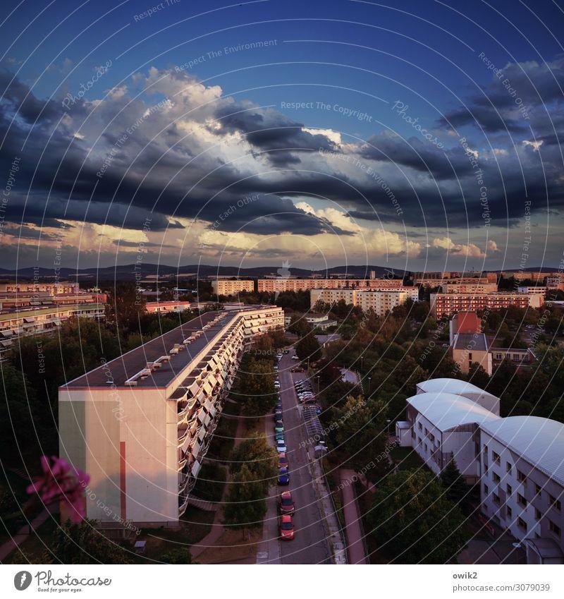 Viel Beton in der Landschaft Himmel Wolken Schönes Wetter Bautzen Deutschland Kleinstadt Stadtrand bevölkert Haus Gebäude Plattenbau Mauer Wand Fassade Balkon