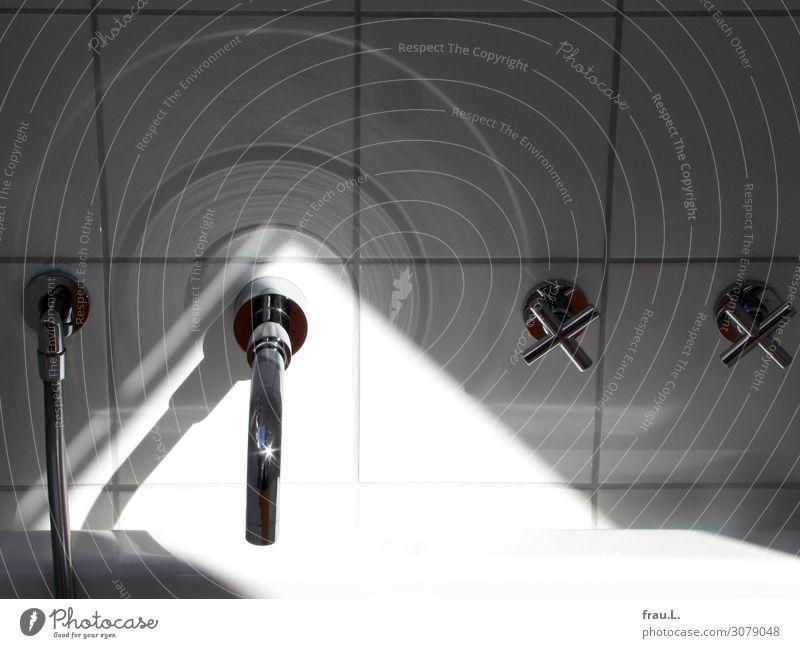 Armaturen Design Schwimmen & Baden Häusliches Leben Metall glänzend kalt schwarz silber weiß ruhig Wasserhahn Fliesen u. Kacheln Reflexion & Spiegelung