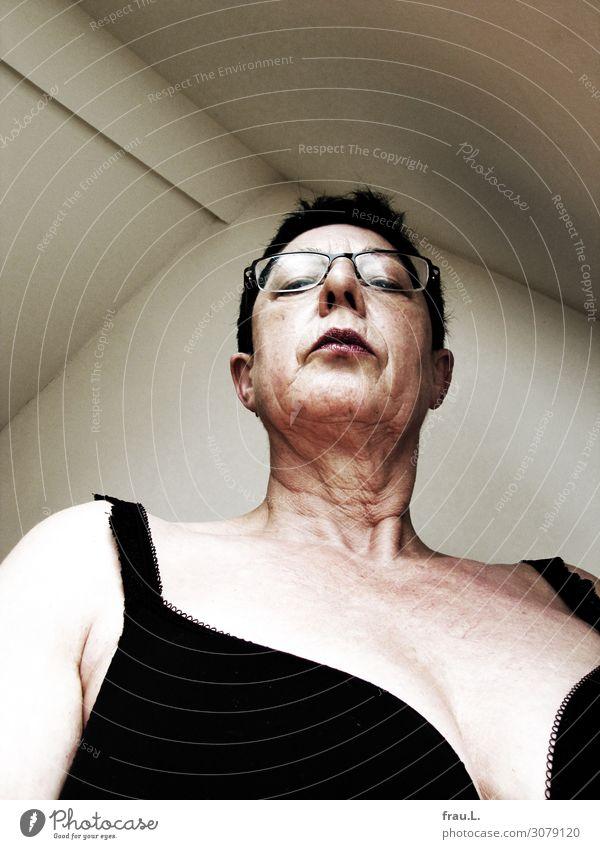 Blick nach unten Mensch feminin Weiblicher Senior Frau Kopf Brust 1 60 und älter Brille schwarzhaarig kurzhaarig beobachten stehen warten Aggression alt