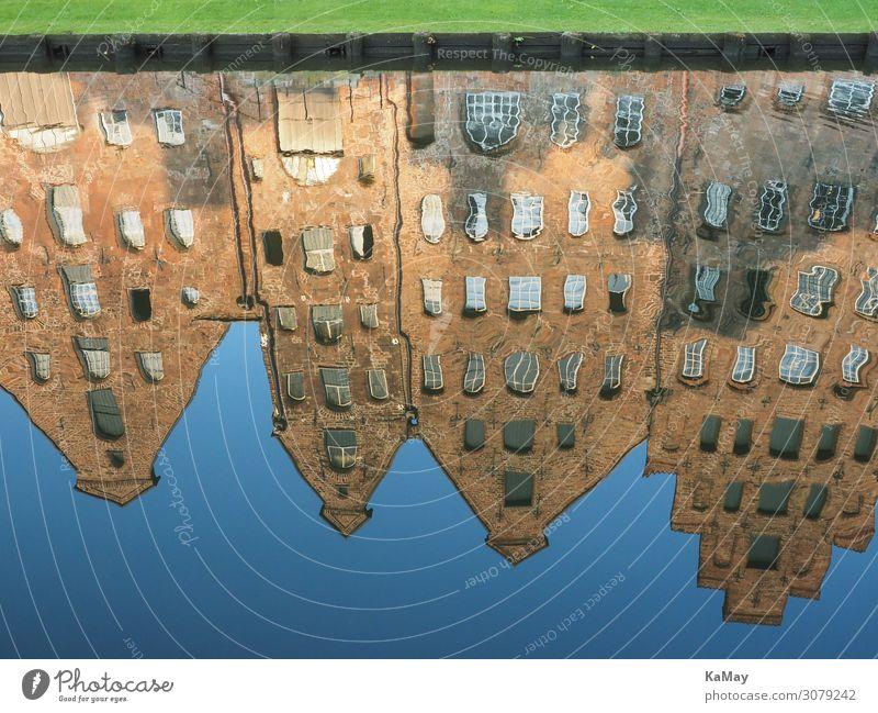Spiegelung der Salzspeicher von Lübeck Tourismus Sightseeing Wasser Fluss Trave Schleswig-Holstein Deutschland Europa Bauwerk Gebäude Architektur Lagerhaus