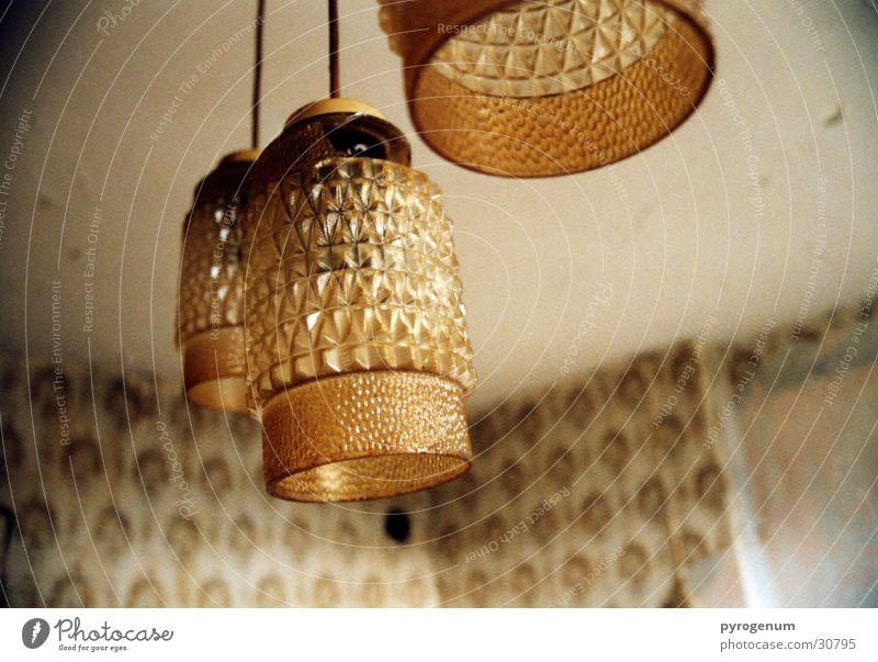 Hang zu DDR-Deckenlampen Lampe Licht Wohnzimmer Tapete gelb Häusliches Leben Raum Glas