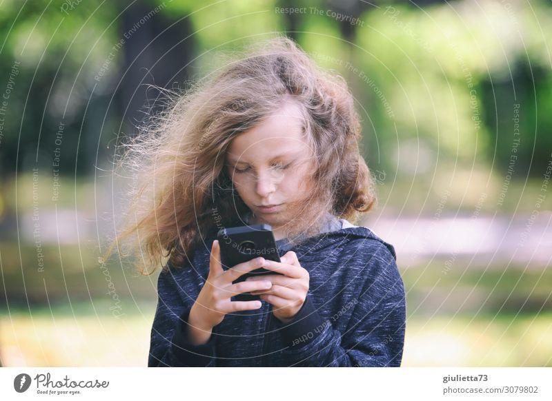 Mobile Technology - The Next Generation Freizeit & Hobby Junge Kindheit Leben 1 Mensch 8-13 Jahre Park blond langhaarig Spielen trendy Konzentration